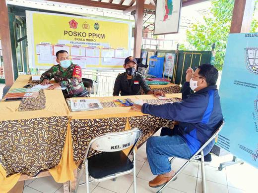 Kolaborasi Babinsa dan Relawan GASA dalam Posko PPKM Mikro Kelurahan Wirogunan